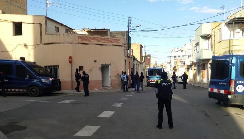 Els agents es troben al carrer Cànovas d'Amposta.