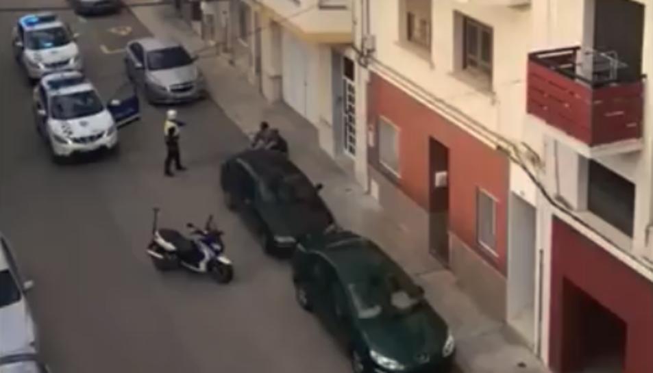 Instant en el qual els agents de la Policia Local procedeixen a la detenció dels dos homes.