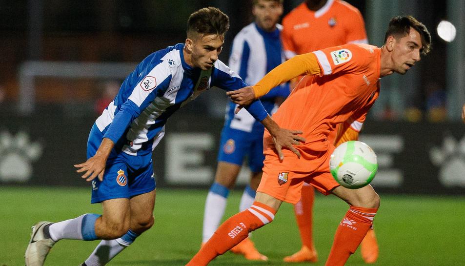 Imatge d'Isaac Cuenca en una jugada del partit de Copa Catalinya d'ahir davant de l'Espanyol B.
