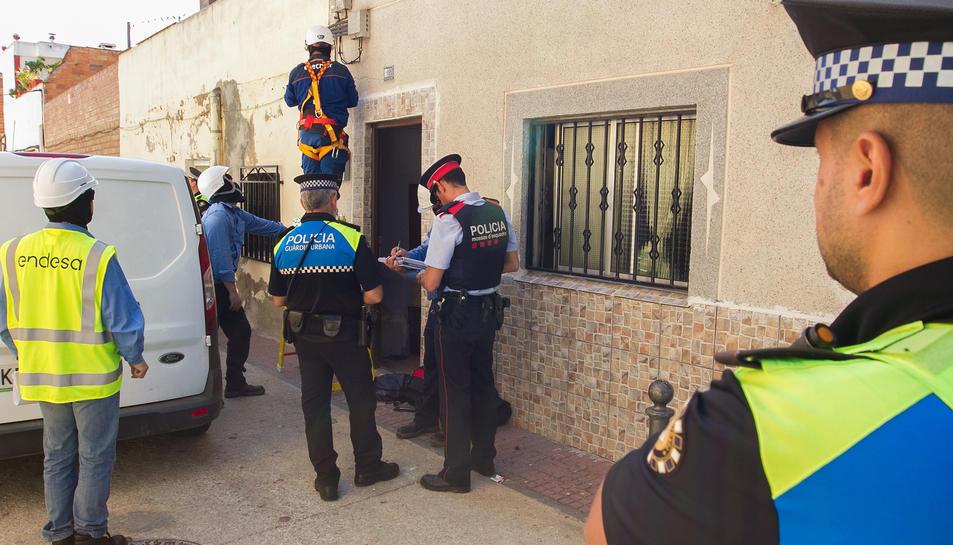 Operaris d'Endesa i policies en una operació contra el frau elèctric el juny a la zona de Mas Abelló.