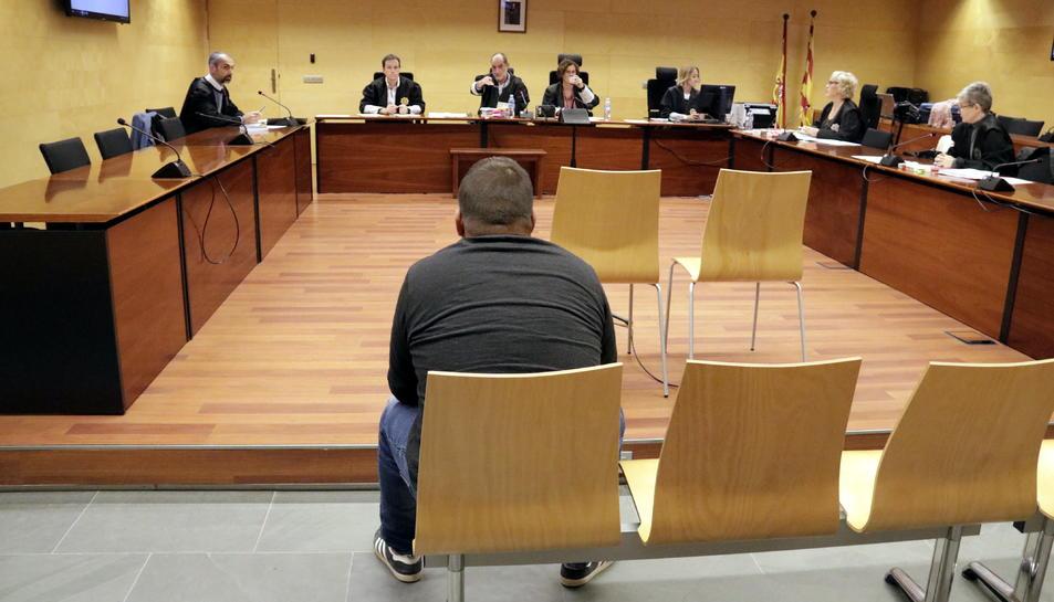 D'esquenes, l'acusat d'abusar sexualment de la seva germana, durante el judici a l'Audiència de Girona