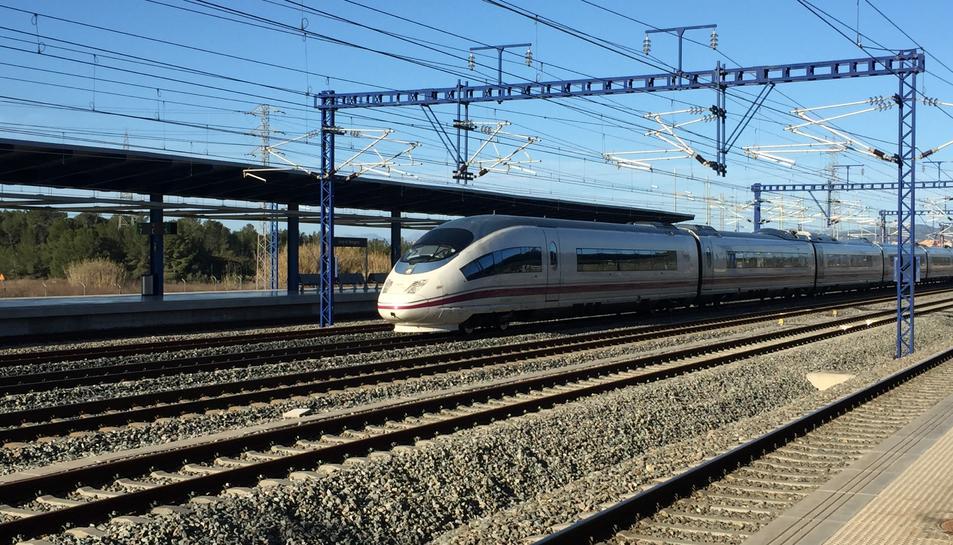 Imatge d'un tren d'alta velocitat a l'estacióp del Camp de Tarragona.