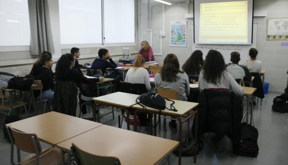 Una aula de l'Institut Baix Camp de Reus, amb diversos alumnes fent classe.