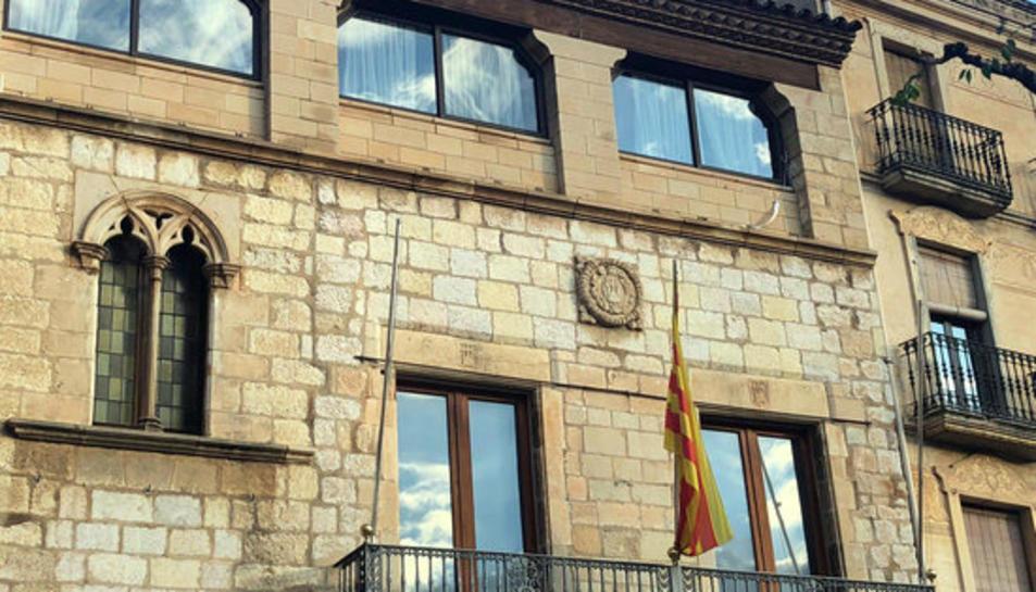 La façana de l'Ajuntament de Montblanc sense pancartes.