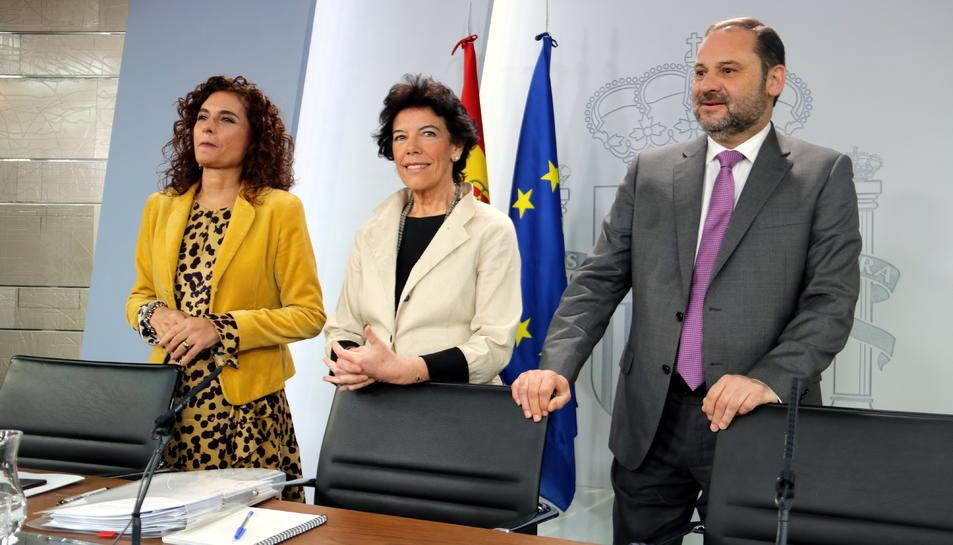 D'esquerra a dreta, la minsitra d'Hisenda, Maria Jesús Montero, la portaveu, Isabel Celáa, i el ministre de Foment, José Luís Ábalos.