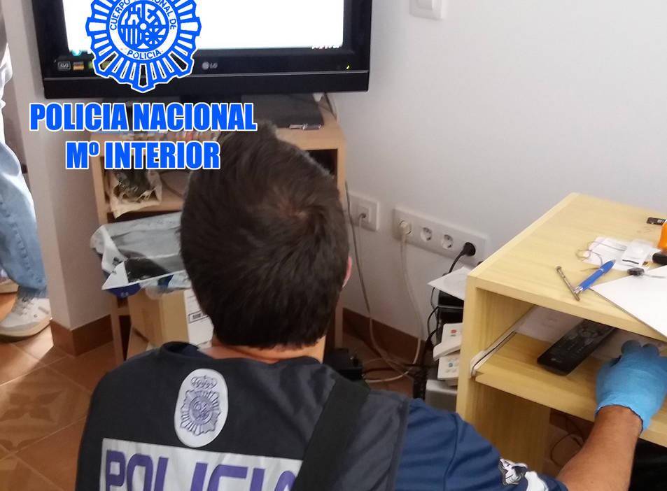 Pla obert d'un agent de la policia espanyola consultant un ordenador en el marc d'un operatiu que ha acabat amb un detingut a Tarragona per corrupció de menors. Imatge publicada el 9 de novembre del 2018