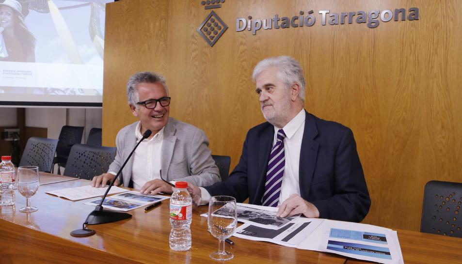 Pla mitjà del president de la FEHT, Eduard Farriol, i del president del Patronat de Turisme de la Diputació de Tarragona, Martí Carnicer, en roda de premsa el 9 de novembre de 2018