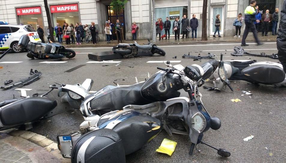 L'accident ha provocat danys a diverses motocicletes i un vetllador.