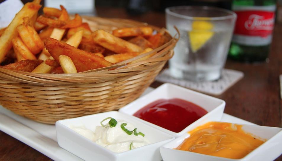 Recomanen parar atenció al color dels aliments fregits, torrats i empanats.
