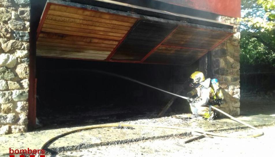 El foc ha cremat completament el garatge del mas.
