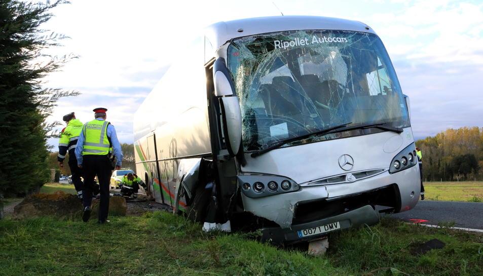 Estat en què ha quedat l'autocar accidentat a Forallac.