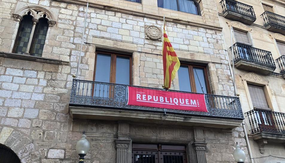 La pancarta ja torna a penjar al balcó de la Casa de la Vila