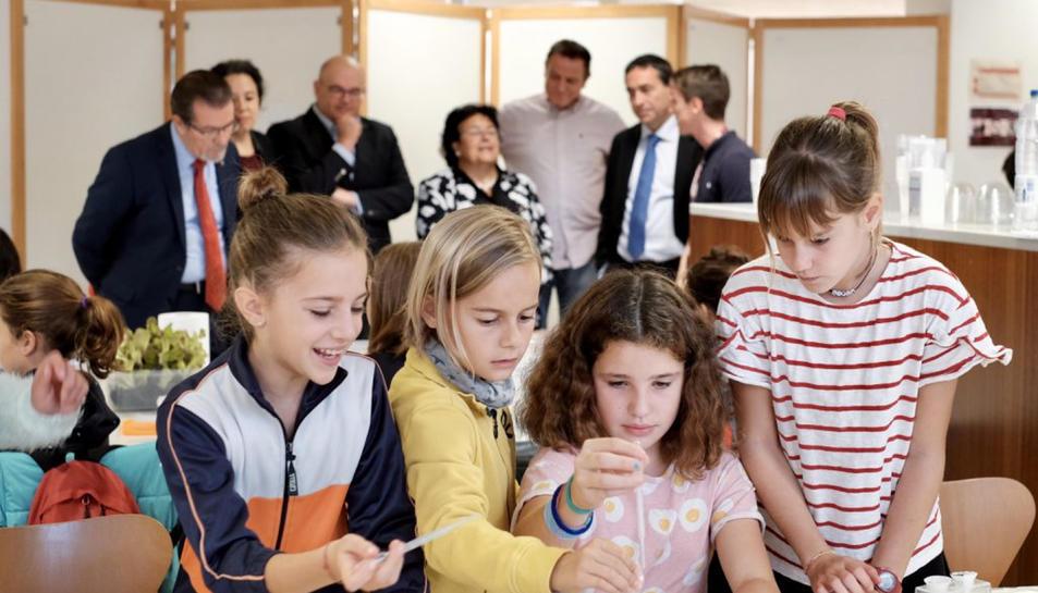 Diverses nenes participen en un taller de la Setmana de la Ciència a la URV.