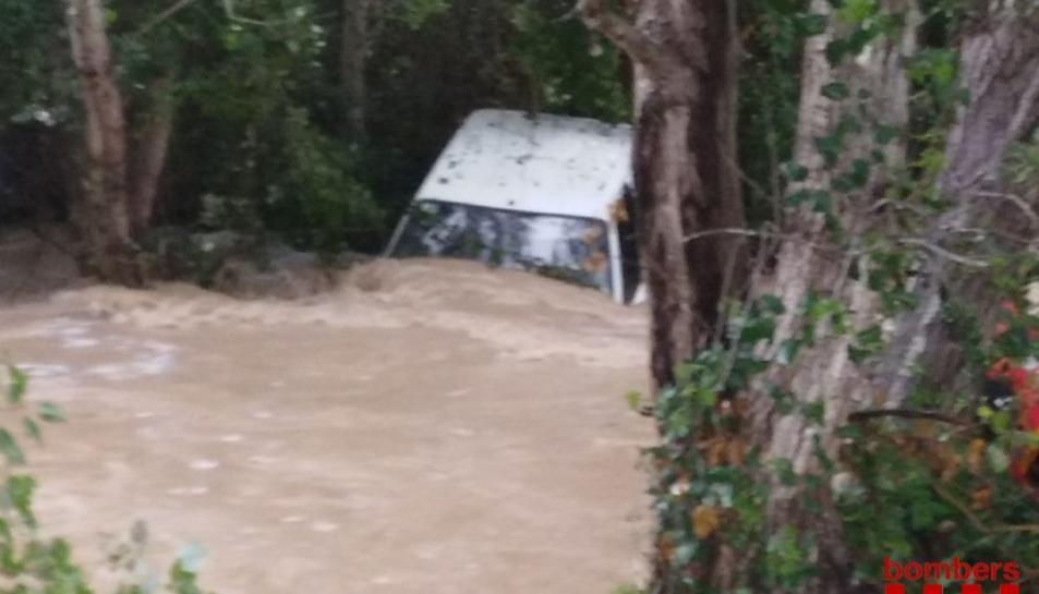 El vehicle ha quedat enfonsat al pas de barca del riu Ebre a Benifallet.