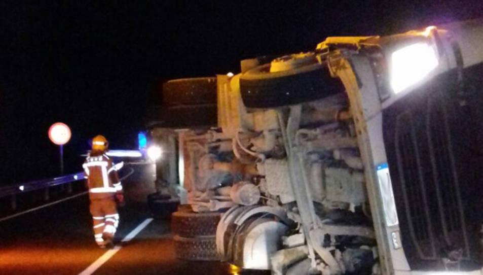 Imatge del camió que transportava porcs bolcat a la N-230B.