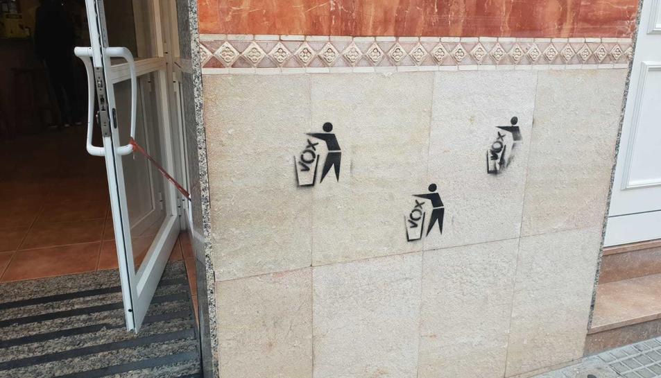 Diverses pintades contraries a Vox han aparegut a la façana del local de Bonavista.