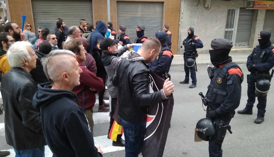 Una cinquantena de manifestants han donat suport a la concentració antifeixista