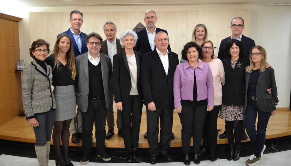 El alcalde de Reus, Carles Pellicer, y representantes de la Fundació Rosa Maria Vivar durante la presentación del nuevo centro de tratamiento del Alzhéimer.