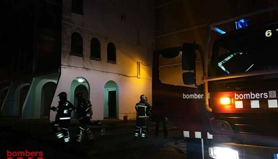 El foc s'ha originat en una habitació d'un pis situat a la segona planta.