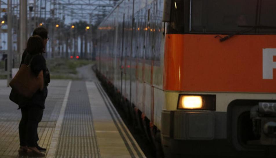 Dos passatgers esperen el tren a l'estació de Mataró, durant la jornada d'aturada general a Catalunya.