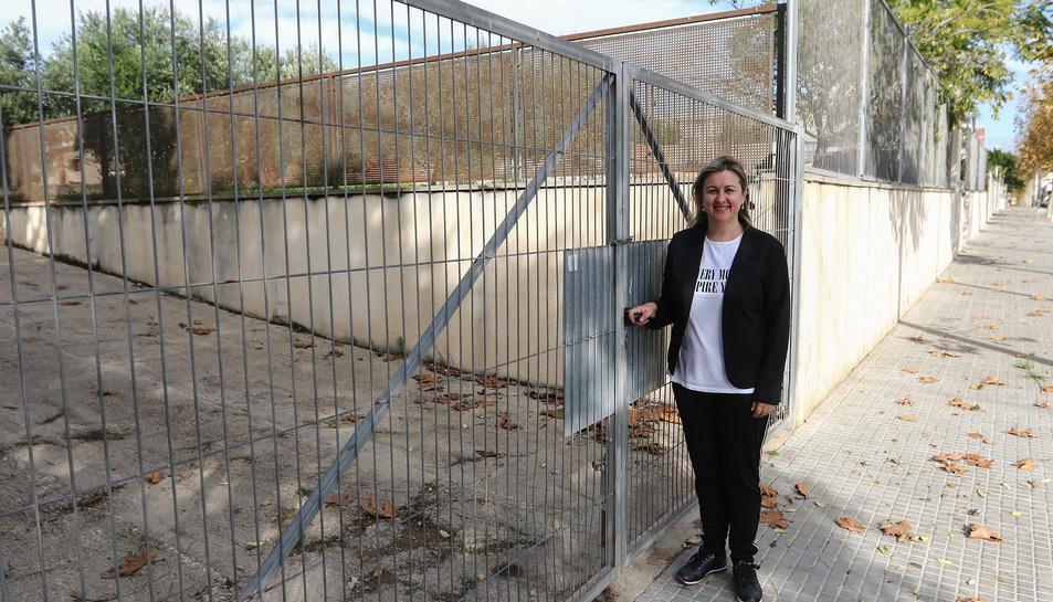 María Jesús Lerín, directora del programa d'estimulació cognitiva, als terrenys on anirà el projecte.