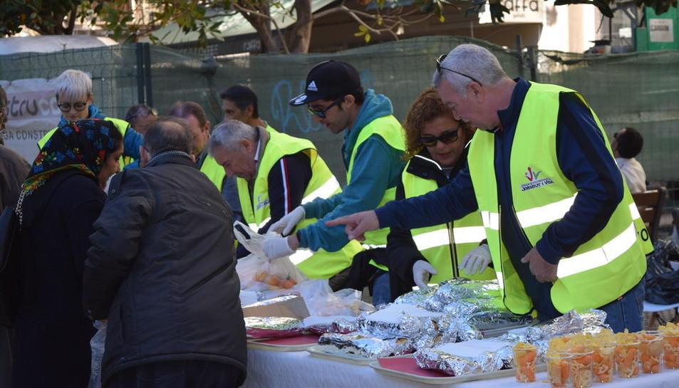 Els voluntaris repartint menjar