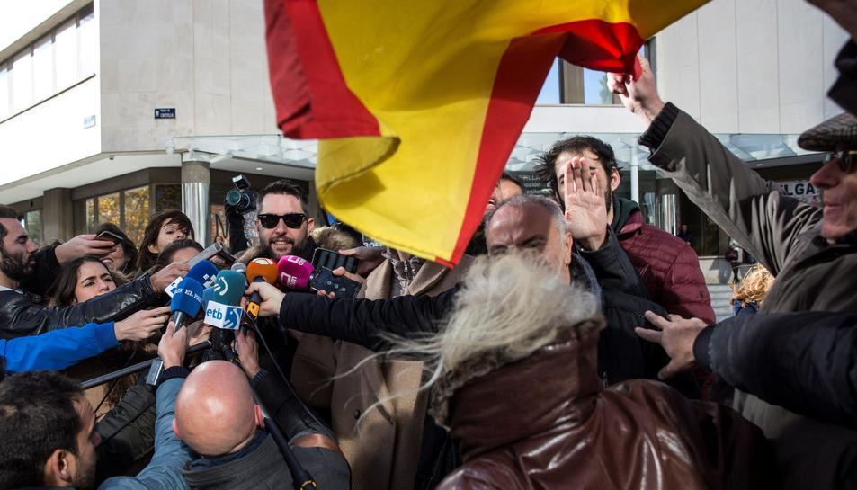 L'humorista ha estat increpat a la sortida del jutjat per persones que portaven banderes espanyoles.