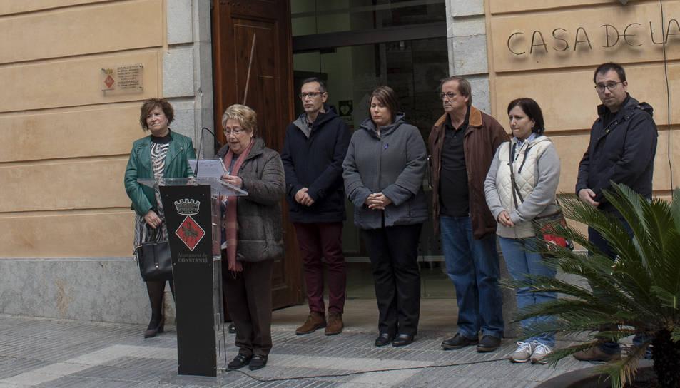 Imatge de la lectura del manifest davant de la Casa de la Vila de Constantí.