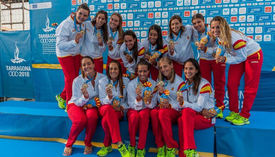 LEs jugadors espanyoles de waterpolo amb peluixos de Tarracush sobre el podi.