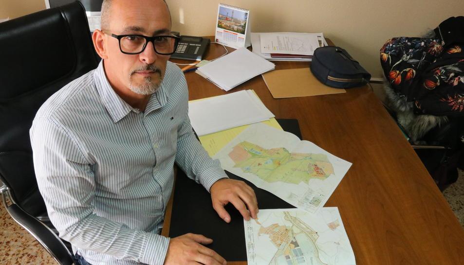 L'alcalde de Banyeres del Penedès, Amadeu Benach, amb els plànols del Logis Penedès.