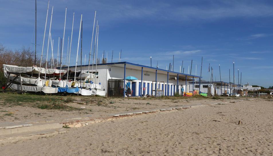 Les instal·lacions del Club de Vela de la Platja Llarga es troben a tocar dels restaurants Tòful de Mar i el Iot.