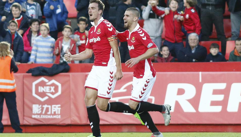 Manu Barreiro celebra un gol acompanyat de Ramiro Guerra