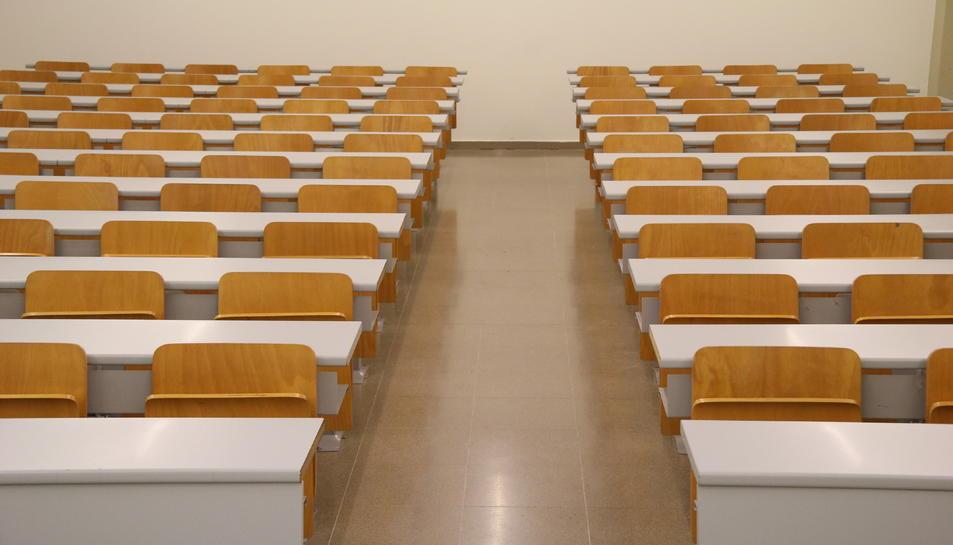 Pla general d'una aula buida a la Facultat de Psicologia de la UAB.