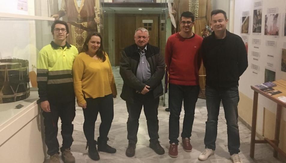 Imatge dels contractats junt a l'alcalde de l'Arboç, Joan Sans, i el regidor de Promoció Econòmica, Alfons Ribas.