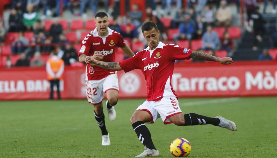 Javi Márquez intenta una passada amb cama esquerra durant el Nàstic-Almería