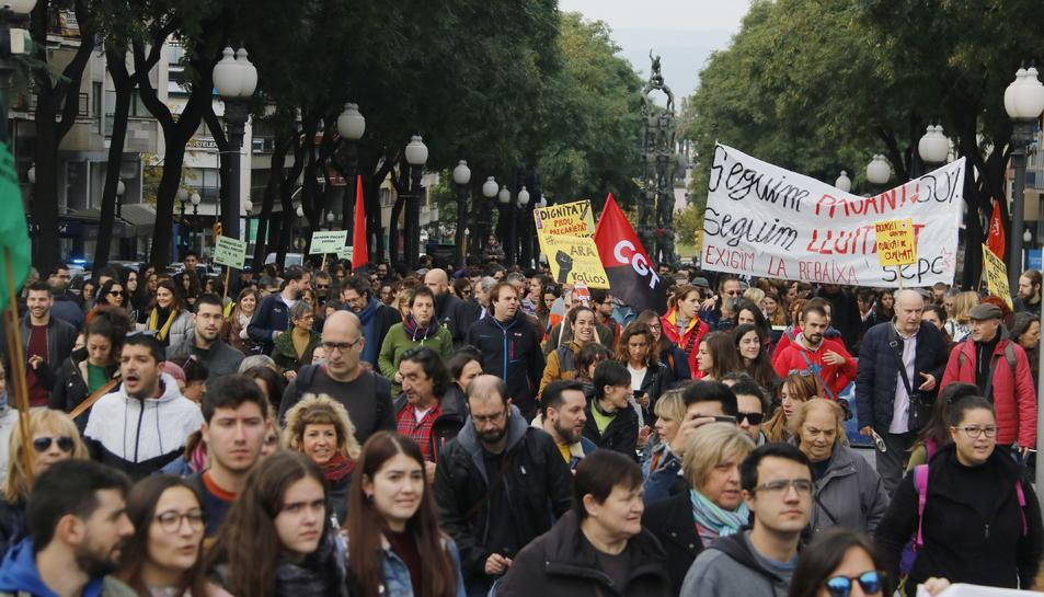 Pla general de la manifestació de professors i universitaris per la Rambla Nova de Tarragona.