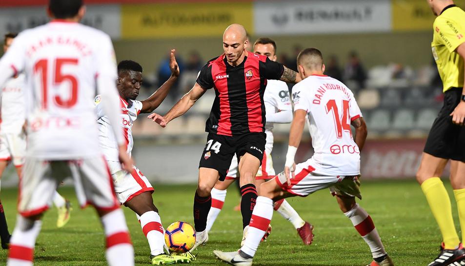 El defensa Mikel Villanueva intenta controlar una pilota envoltat de jugadors del Mallorca, a l'Estadi Municipal.