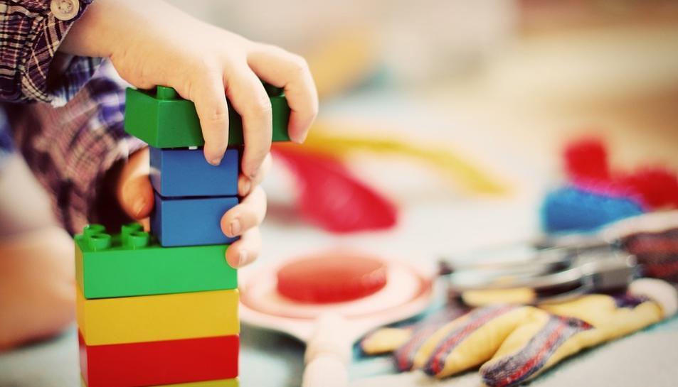 Imatge d'un infant jugant amb blocs de construcció.