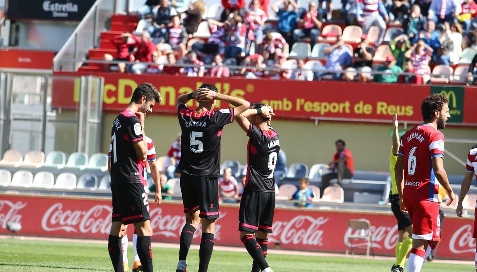 Imatge d'alguns futbolistes del CF Reus, després d'encaixar una derrota a l'Estadi Municipal.