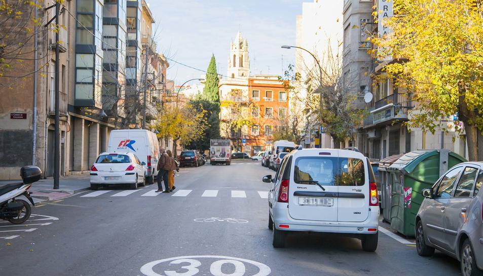 Un camió i una furgoneta, aparcats a la calçada del camí de Tarragona.