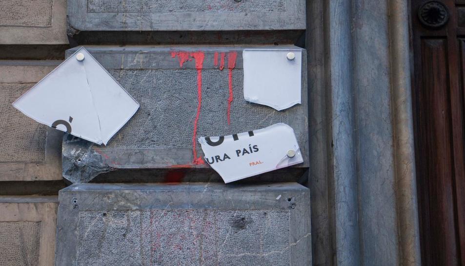 Aquesta matinada han trencat el cartell identificatiu d'Òmnium.