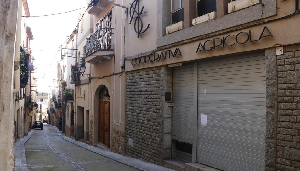 Pla general de la façana de les oficines de la Cooperativa de l'Aleixar, amb la persiana abaixada.