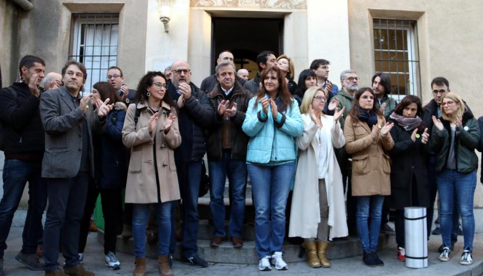 Diputats d'ERC, Junts per Cat i la CUP, i els consellers Artadi, Borràs i Calvet, a les escales dels Caputxins de Sarrià.