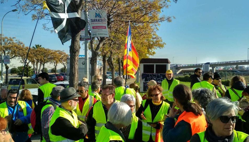 Els manifestants vestits amb armilles grogues s'han concentrat a l'antiga comissaria dels Mossos.