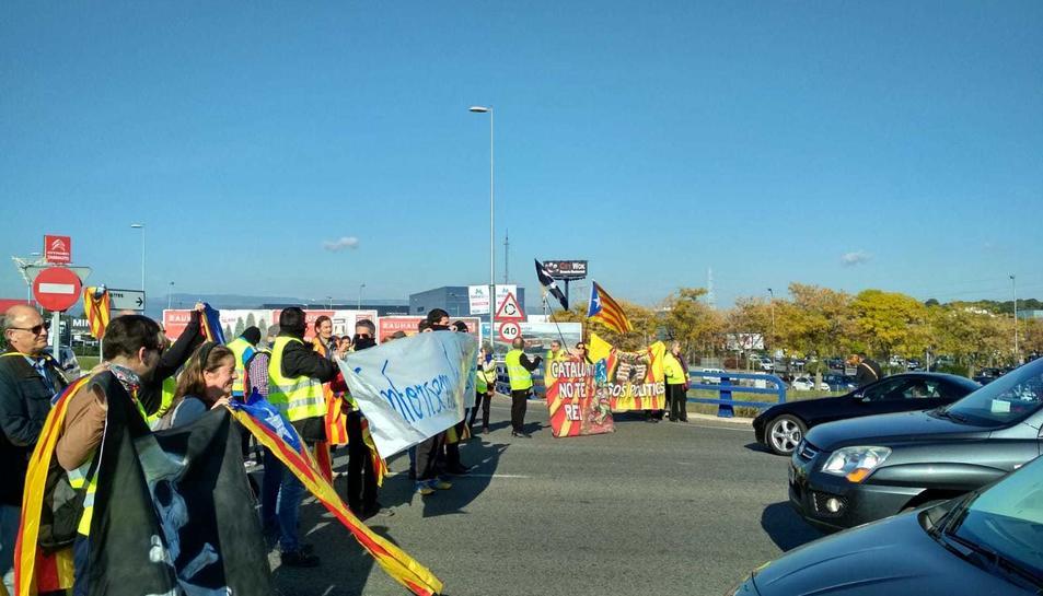 Els manifestants han tallat l'A-7 i la rotonda de les Gavarres.
