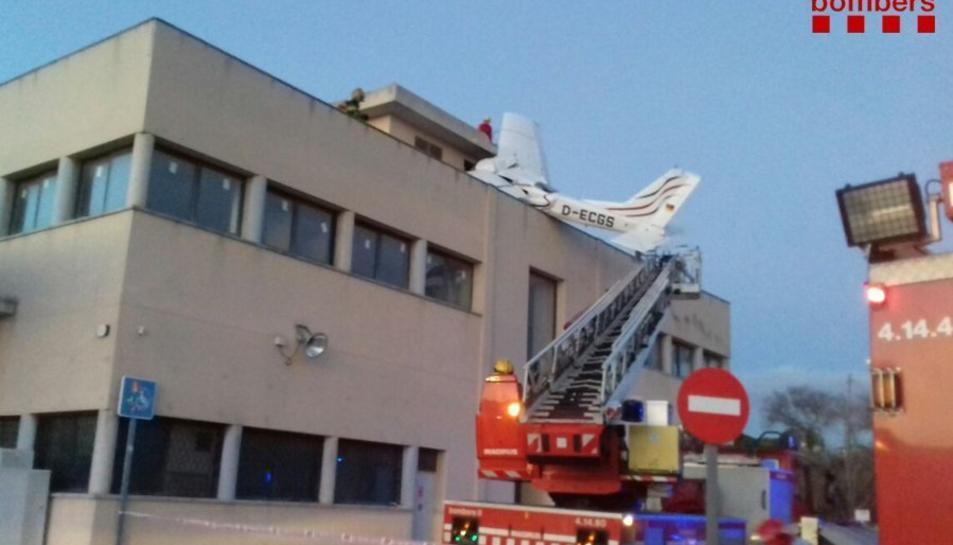 Una avioneta s'ha estavellat aquesta tarda sobre una benzinera a Badia del Vallès.