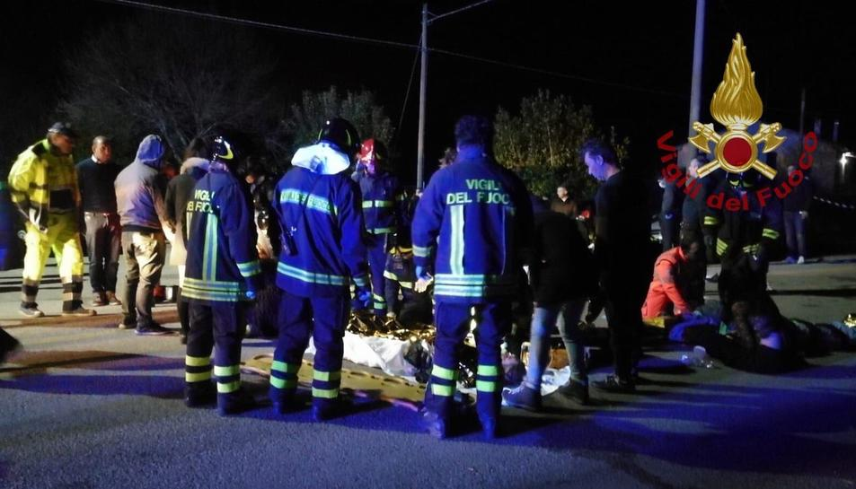 Els serveis d'emergències atenent les víctimes