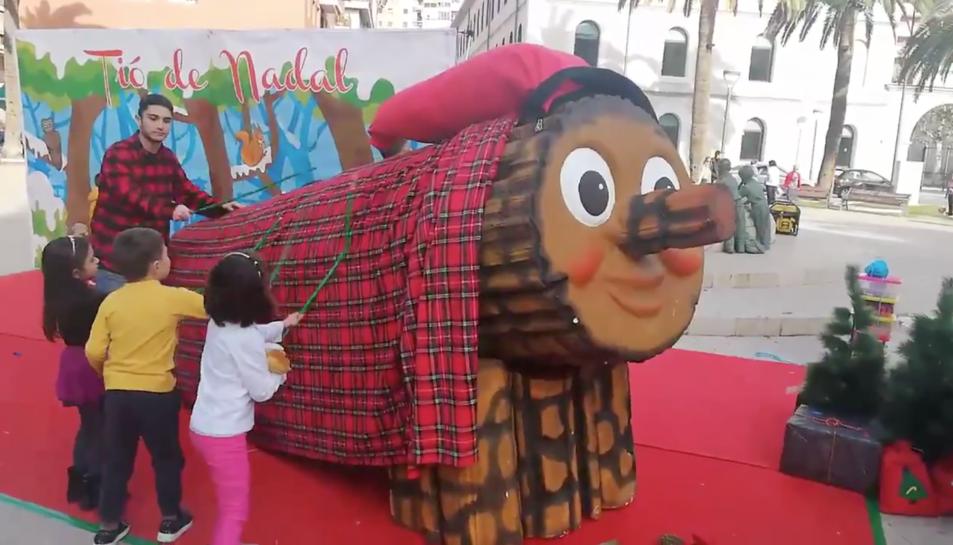 Un tió de Nadal de grans dimensions s'ha presentat aquest matí a la plaça dels Infants