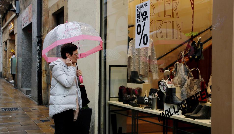 Una dona mirant un aparador el Black Friday a Tarragona el 23 de novembre de 2018.