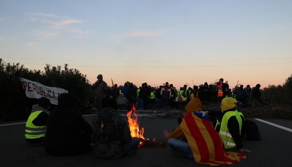 Els membres del CDR en una foguera feta al tall de l'AP7 a l'altura de l'Ampolla.